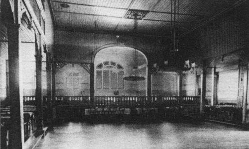 Seit der Gründung trainieren die Hallensportler des Radfahrervereins im Großen Saal der Krone. 1964 ist es damit vorbei. 1968 erhält der Verein die Baugenehmigung für eine eigene Halle im Pfarrgarten.