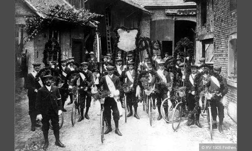 Sammeln zum Schmuckkorso 1910 in Ober-Olm. Der Verein hat jetzt 88 Mitglieder (33 aktive) und feiert in Erbenheim seinen ersten Sieg im Korsofahren.