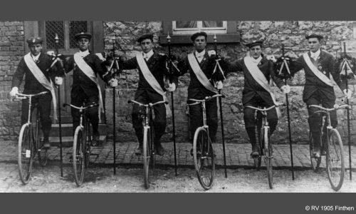 Die sportlichen Schwerpunkte liegen auf Korso und Reigen, Kunstradfahren im Saal, Radball und der Organisation von zwei jährlichen Straßenrennen. Hier die Männer eines Kunstreigens (1910).