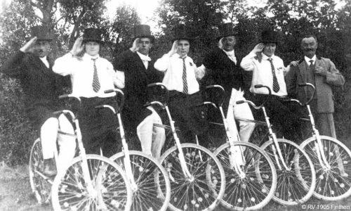 Schon seit der Gründung wird die Geselligkeit beim RV groß geschrieben. Dazu gehört die Fastnacht. Hier nimmt eine Gruppe des Vereins Ende der 1920er am Fastnachtsumzug teil.