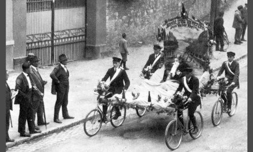 """Der sportliche Erfolg zeigt sich bis 1929 in 19 ersten Preisen, 8 Ehrenpreisen und 29 """"diversen"""" Preisen bei Radfahrerfesten, hier ein 4er-Korso beim Bauerntag 1927."""