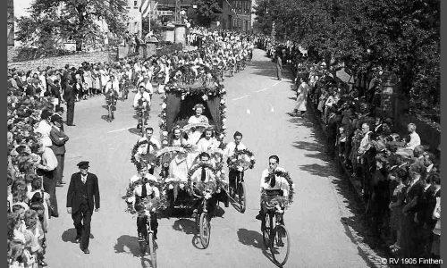 Am 31. Juli 1948 gründet sich der Verein nach einer Zwangspause durch den Zweiten Weltkrieg neu. Sofort geht der Fahrsport wieder los, unter anderem mit der Teilnahme an der 50-Jahr-Feier des RV Gau-Algesheim (Foto).