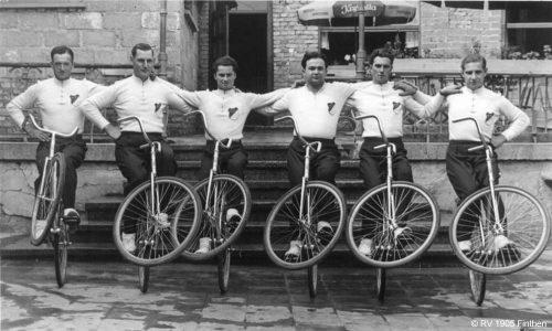 Erfolgreiche 1950er: Der RV holt serienweise Podestplätze bei Gau- und Bundesmeisterschaften und auf Sportfesten. Der 6er-Kunstreigen der Männer wird Verbandsmeister, Bundesmeister und nimmt an mehreren deutschen Meisterschaften teil.