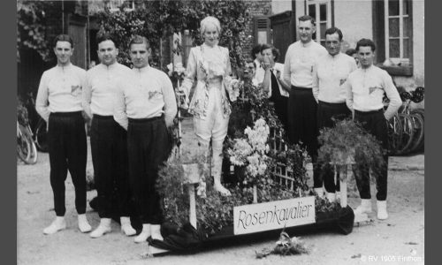 """Auf Festzügen der 1950er sind die Radfahrer mit dem Korso-Motiv """"Rosenkavalier"""" unterwegs."""