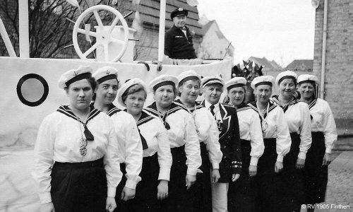 Auch in der Straßenfastnacht war der RV in den 1950ern wieder vertreten. Nicht nur die Frauen des Kreppelkaffees, sondern auch viele andere Vereinmitglieder gingen beim Fastnachtsumzug mit dem RV-Narrenschiff auf große Fahrt.